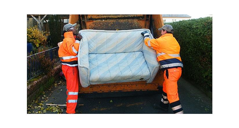 Das Foto zeigt zwei Mitarbeiter des DBM beim Einladen eines Sofas.©DBM, Sonja Stender